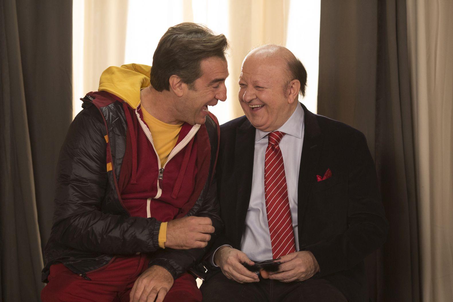 La coppia dei campioni: Max Tortora e Massimo Boldi divertiti in una scena del film