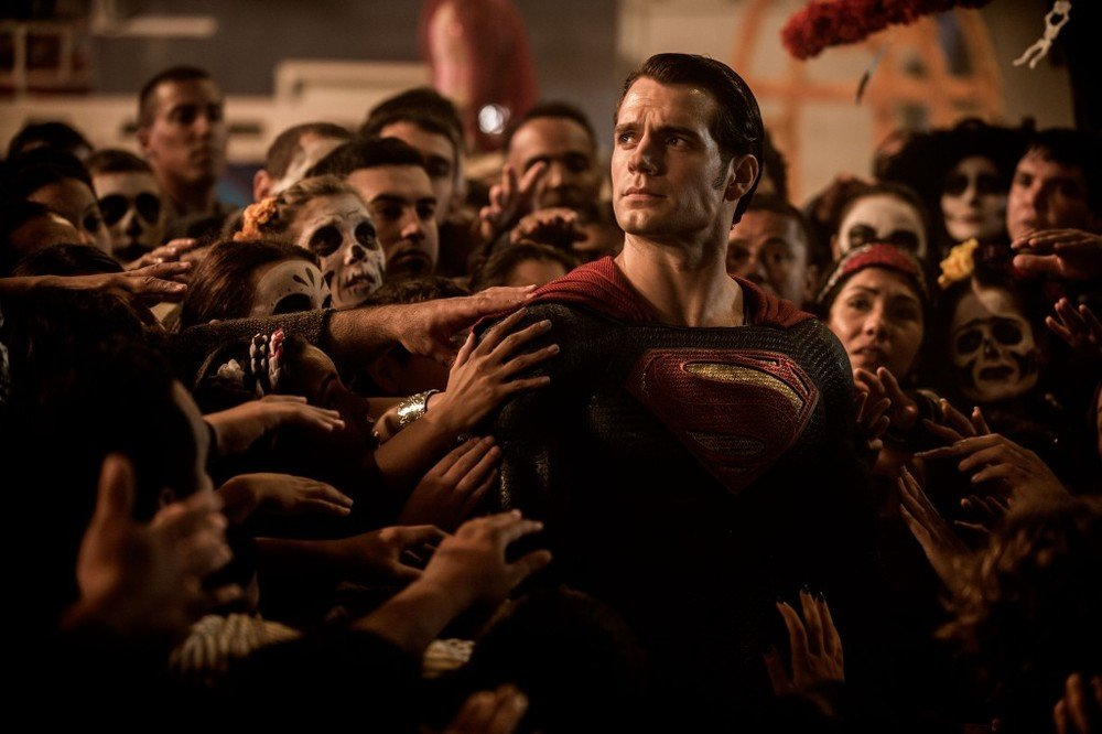 Batman v Superman: Dawn of Justice, Henry Cavill immerso tra la gente in una scena del film