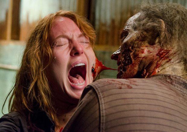 The Walking Dead: l'attrice Alicia Witt in un drammatico momento dell'episodio Nella stessa barca