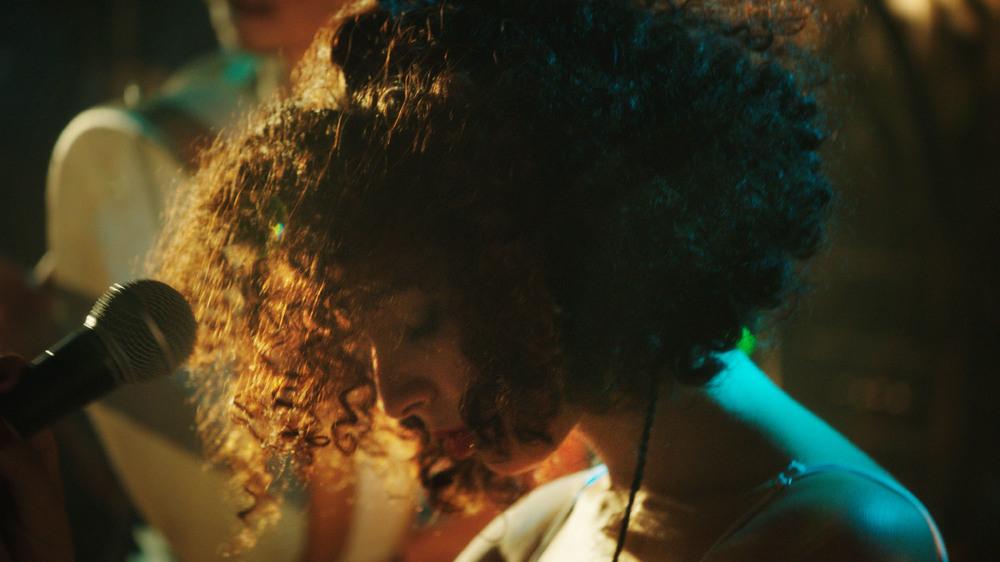 Appena apro gli occhi - Canto per la libertà: un primo piano di Baya Medhaffer tratto dal film