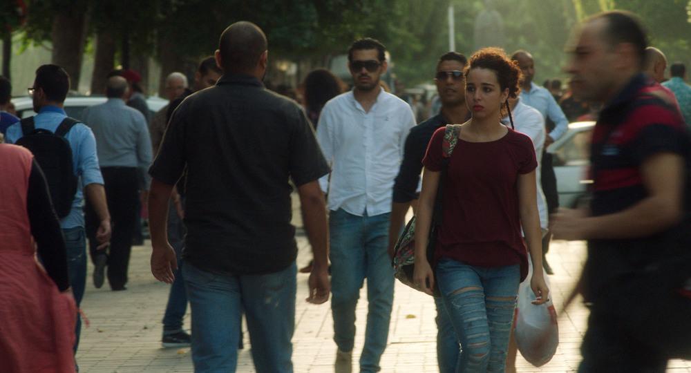 Appena apro gli occhi - Canto per la libertà: Baya Medhaffer passeggia in una scena del film