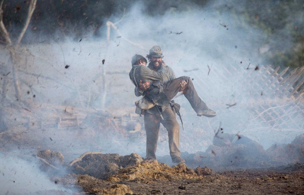 Free State of Jones: Matthew McConaughey e Jacob Lofland in una scena d'azione del film