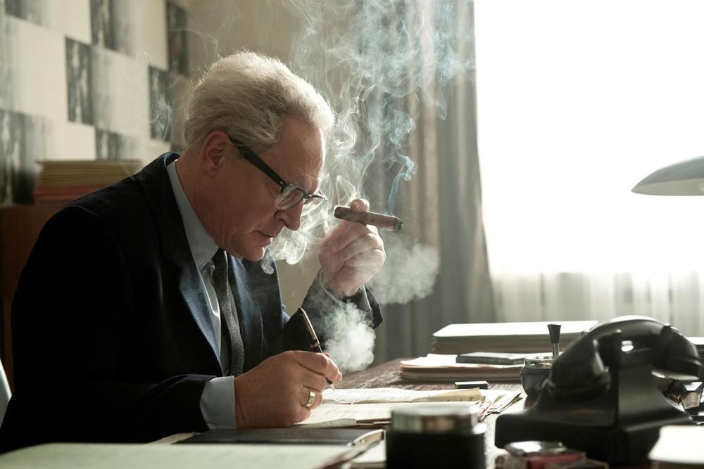 Lo Stato contro Fritz Bauer: Burghart Klaußner in una scena del film