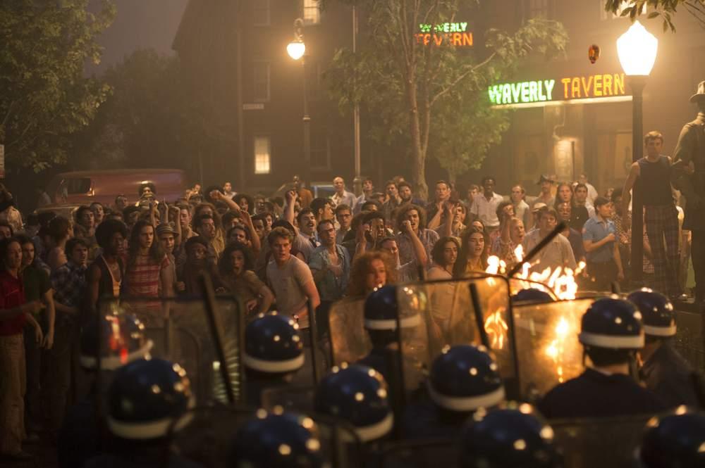 Stonewall: una scena di scontro con la polizia del film