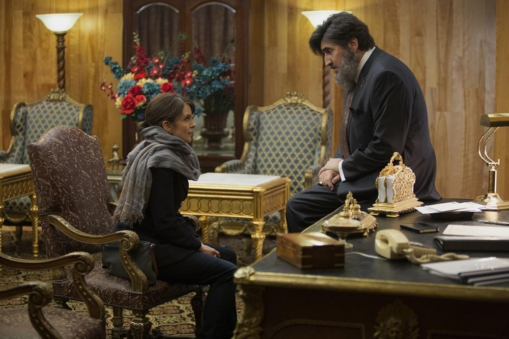 Whiskey Tango Foxtrot: Tina Fey e Alfred Molina in una scena del film