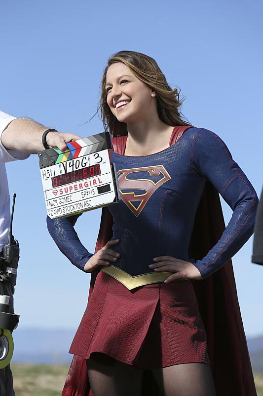 Supergirl: l'attrice Melissa Benoist sul set di World's Finest