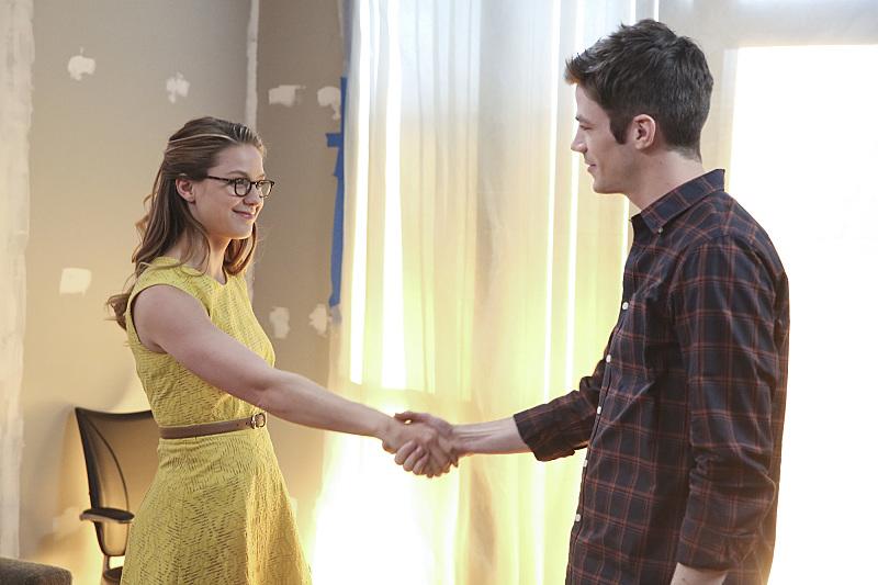 Supergirl: Kara stringe la mano a Barry nell'episodio World's Finest