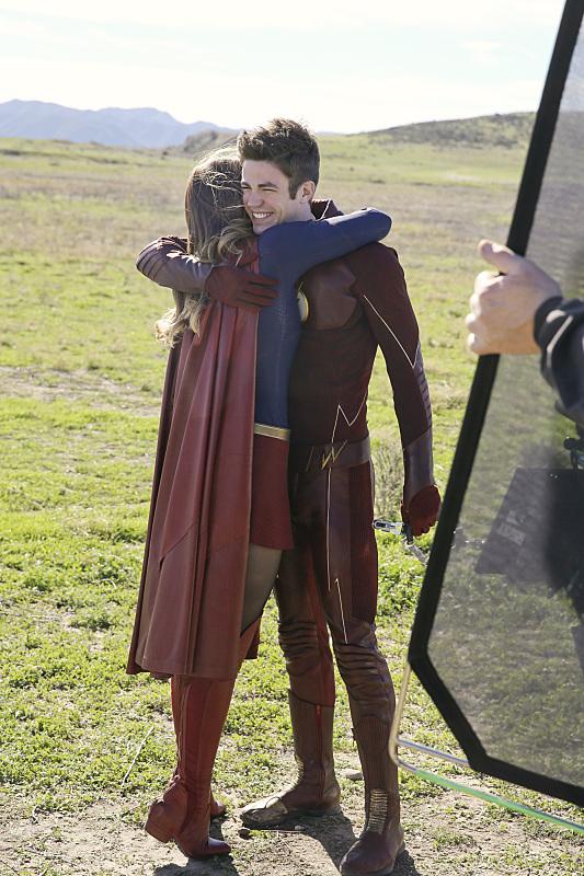 Supergirl: un abbraccio tra Grant Gustin e Melissa Benoist sul set di World's Finest