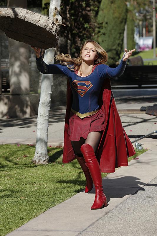 Supergirl: l'attrice Melissa Benoist in una scena d'azione di World's Finest
