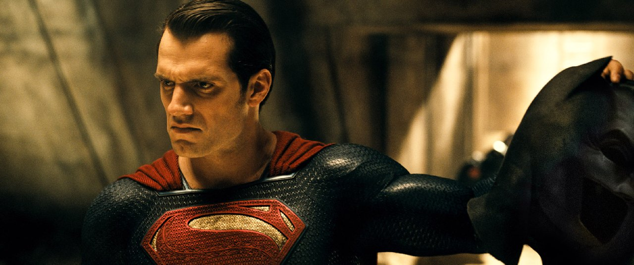 Batman v Superman: Henry Cavill tiene in mano la maschera di Batman