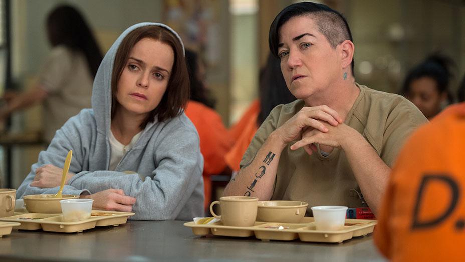 Orange is the New Black: le attrici Lea DeLaria e Taryn Manning in una foto della quarta stagione