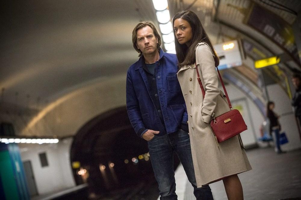 Il nostro traditore tipo: Naomie Harris ed Ewan McGregor in una scena del film