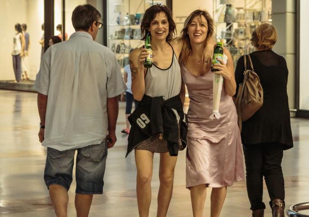 La pazza gioia: Valeria Bruni Tedeschi e Micaela Ramazzotti in una scena del film