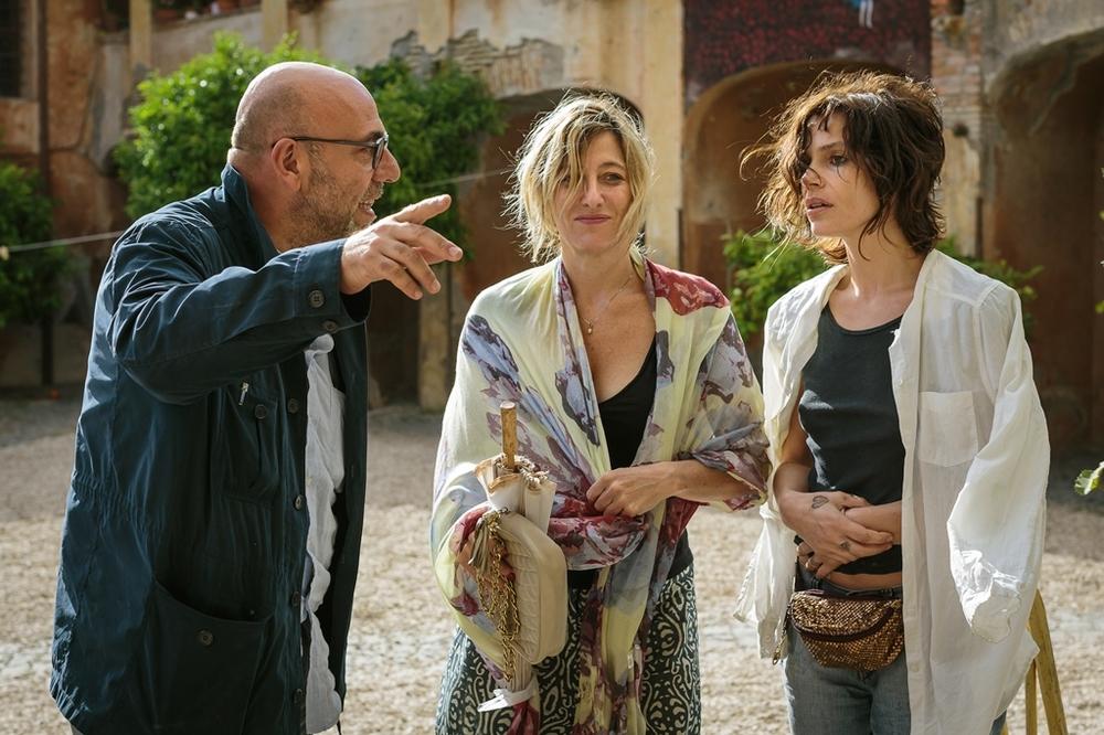 La pazza gioia: Valeria Bruni Tedeschi e Micaela Ramazzotti e il regista Paolo Virzì sul set del film
