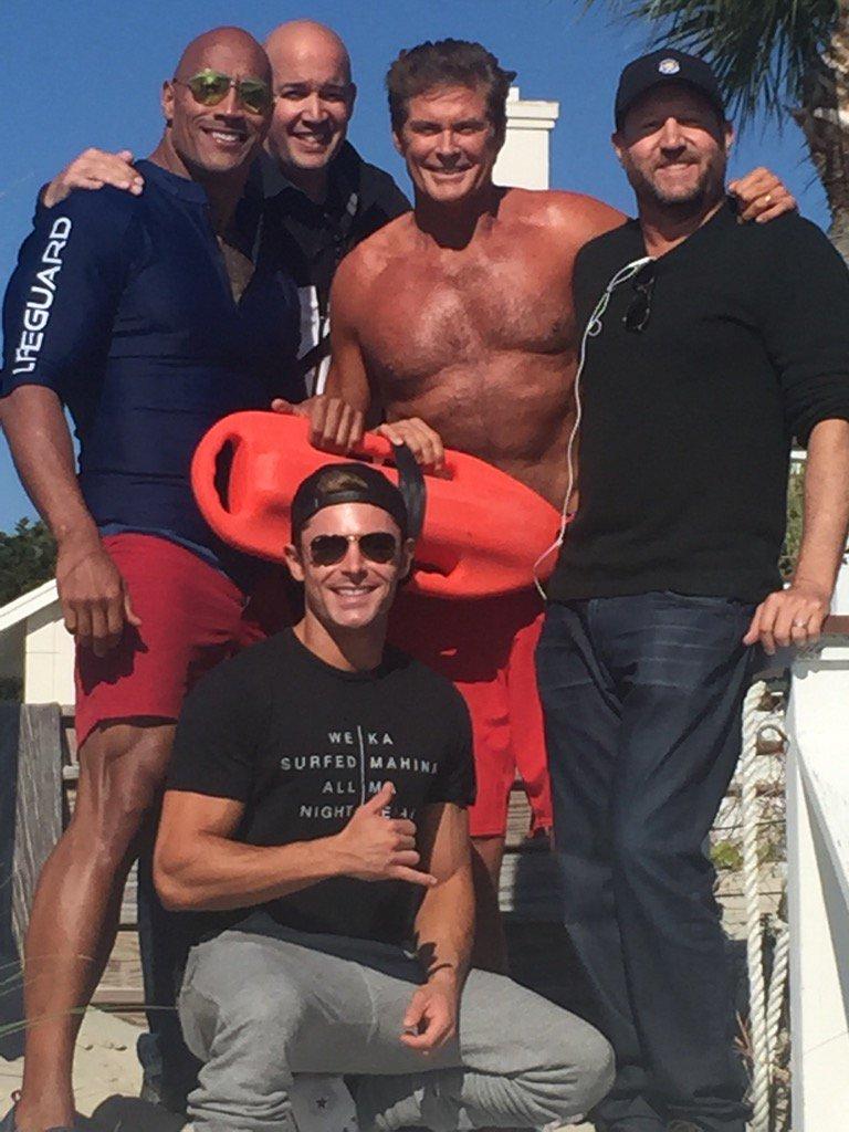 Baywatch: David Hasselhoff posa per una foto di gruppo sul set