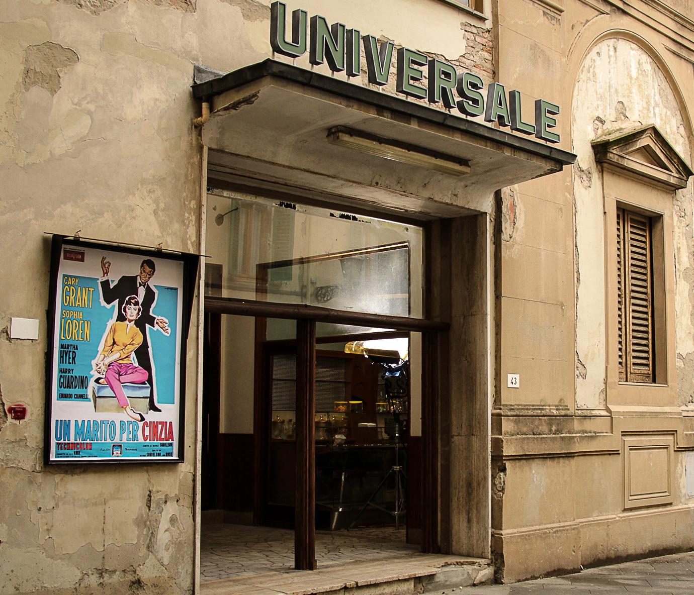 L'Universale: un'immagine dell'esterno del cinema tratta dal film