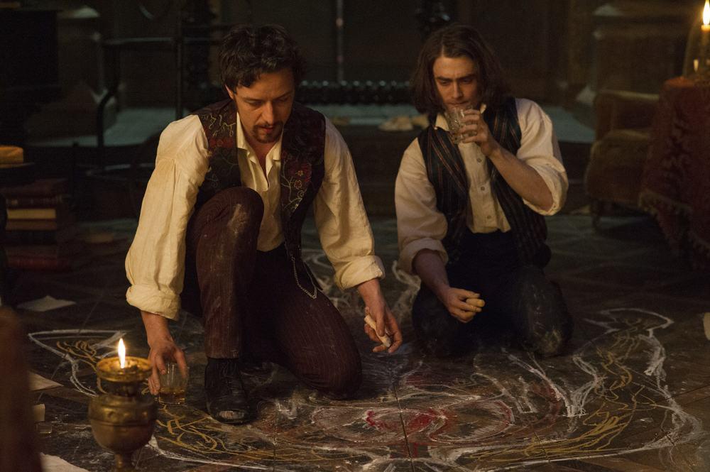 Victor - La storia segreta del Dottor Frankenstein: James McAvoy e Daniel Radcliffe in un momento del film