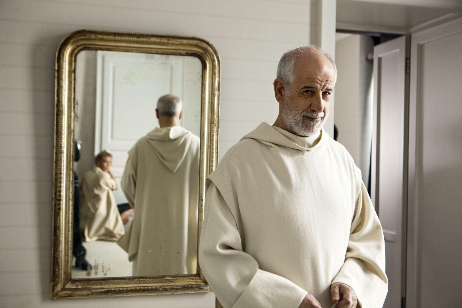 Le confessioni: Toni Servillo e Connie Nielsen (la cui immagine è riflessa nello specchio) in una scena del film