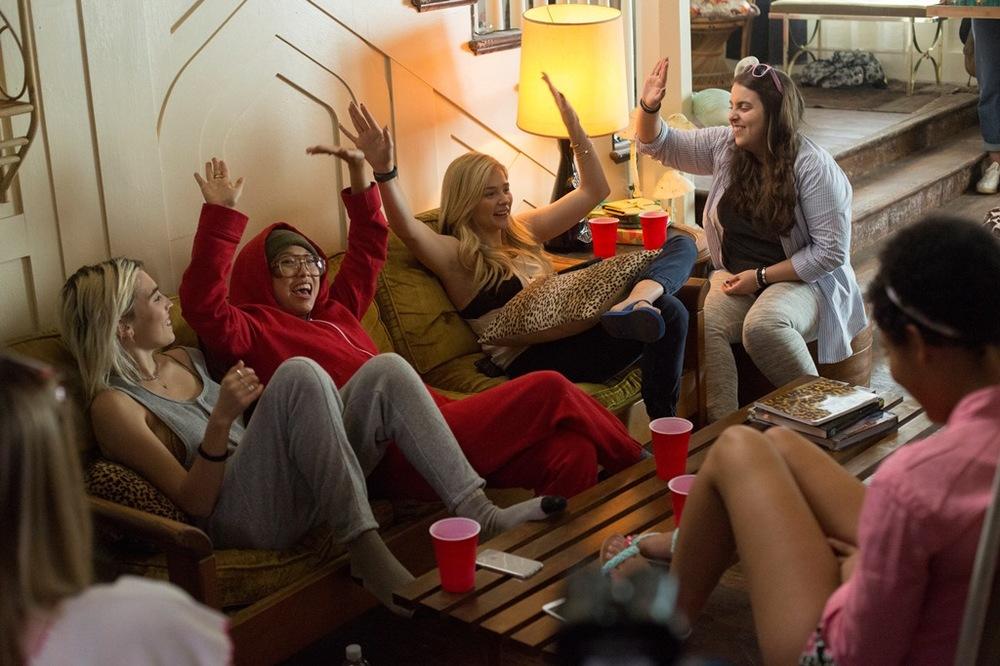 Cattivi vicini 2: Chloe Grace Moretz e Beanie Feldstein in una scena di gruppo del film