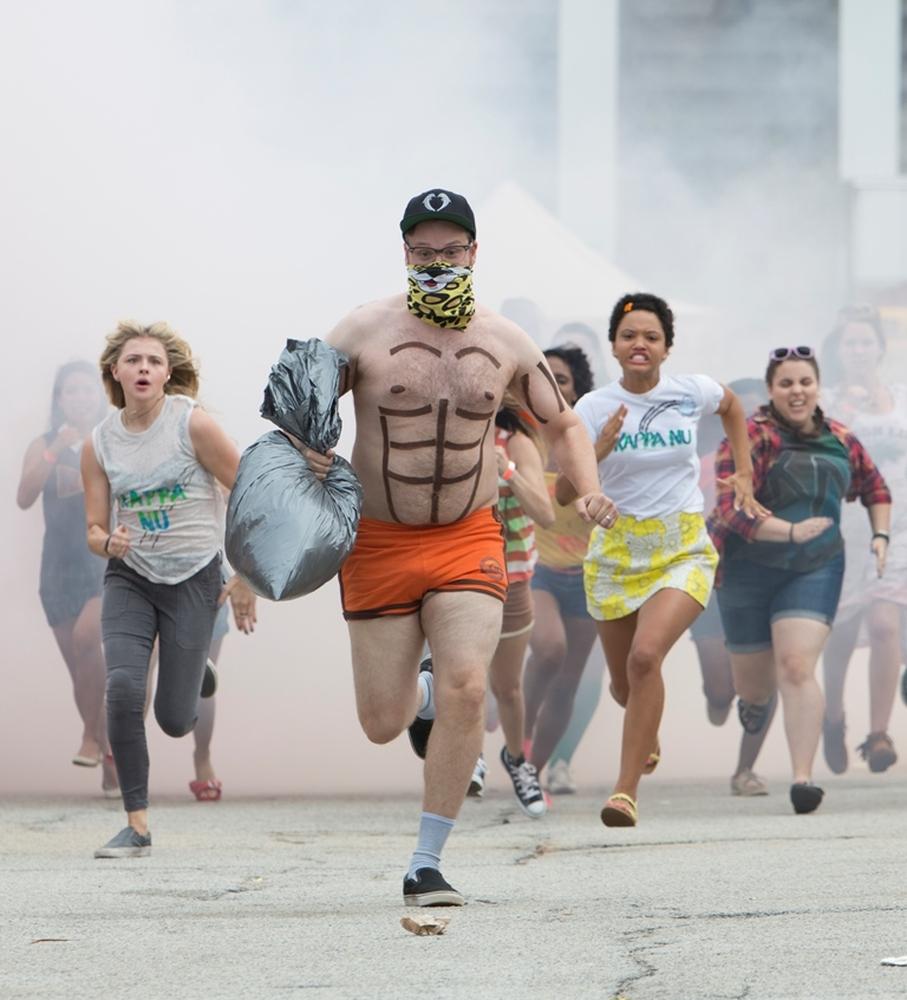 Cattivi vicini 2: Seth Rogen, Chloe Grace Moretz, Beanie Feldstein e Kiersey Clemons in una scena del film