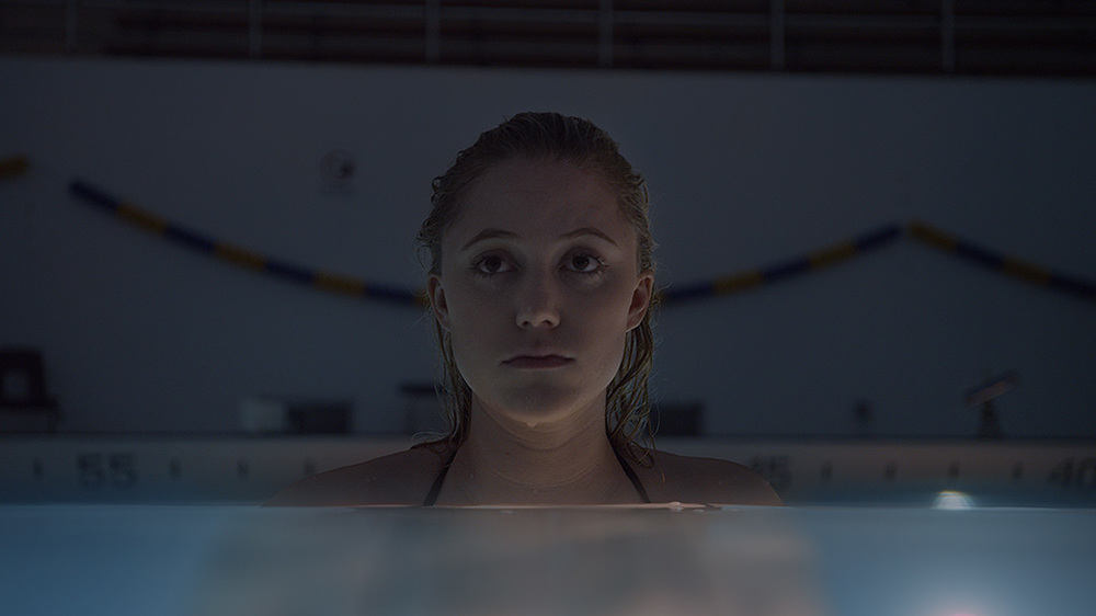 It Follows: un primo piano di Maika Monroe in piscina