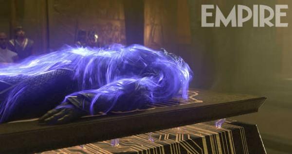 X-Men: Apocalisse - Oscar Isaac è sdraiato e avvolto d una luce blu in una scena