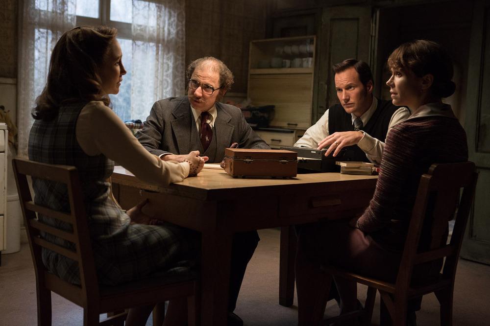 The Conjuring 2 - L'evocazione: Patrick Wilson, Vera Farmiga, Frances O'Connor e Simon McBurney in una scena del film