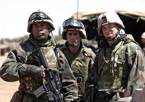 Generation Kill: Jon Huertas. Stark Sands e James Ransone in una scena della miniserie
