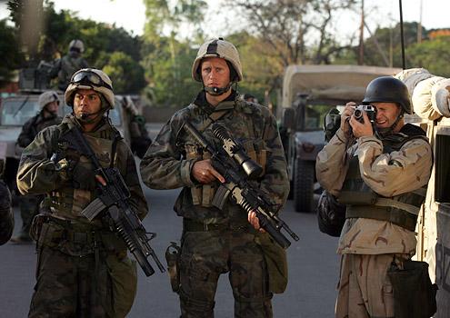 Generation Kill: Alexander Skarsgard e Lee Tergesen in una scena della miniserie