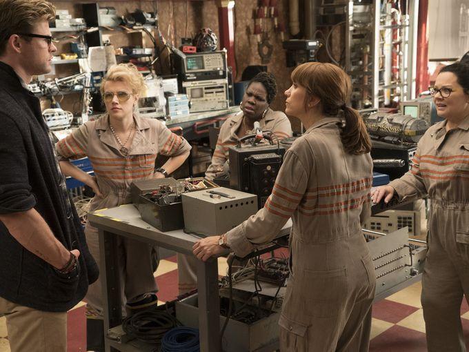 Ghostbusters: Chris Hemsworth, Melissa McCarthy, Kristen Wiig, Kate McKinnon e Leslie Jones in una scena