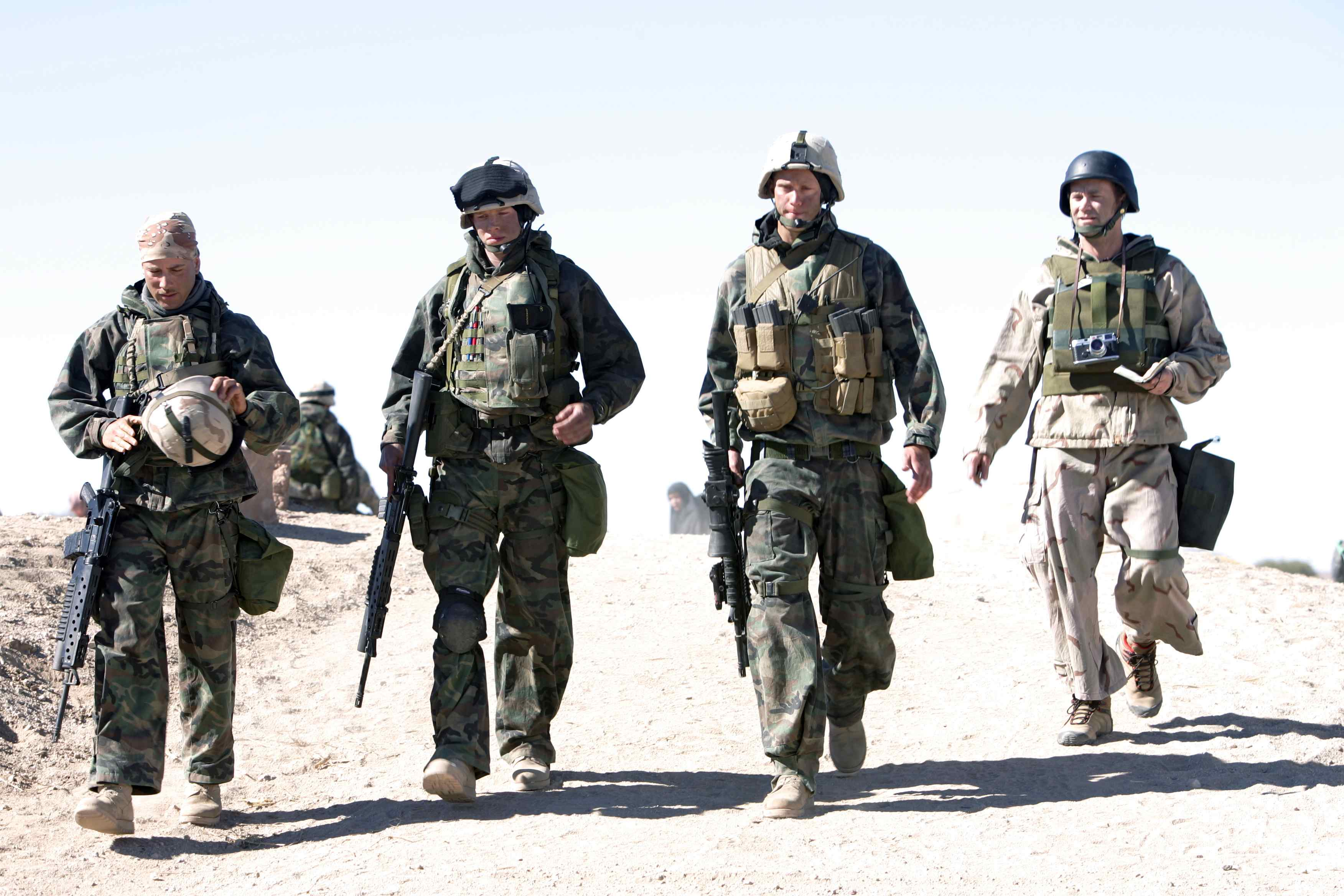 Generation Kill: Alexander Skarsgard, Jonah Lotan, Stark Sands e Lee Tergesen in una scena