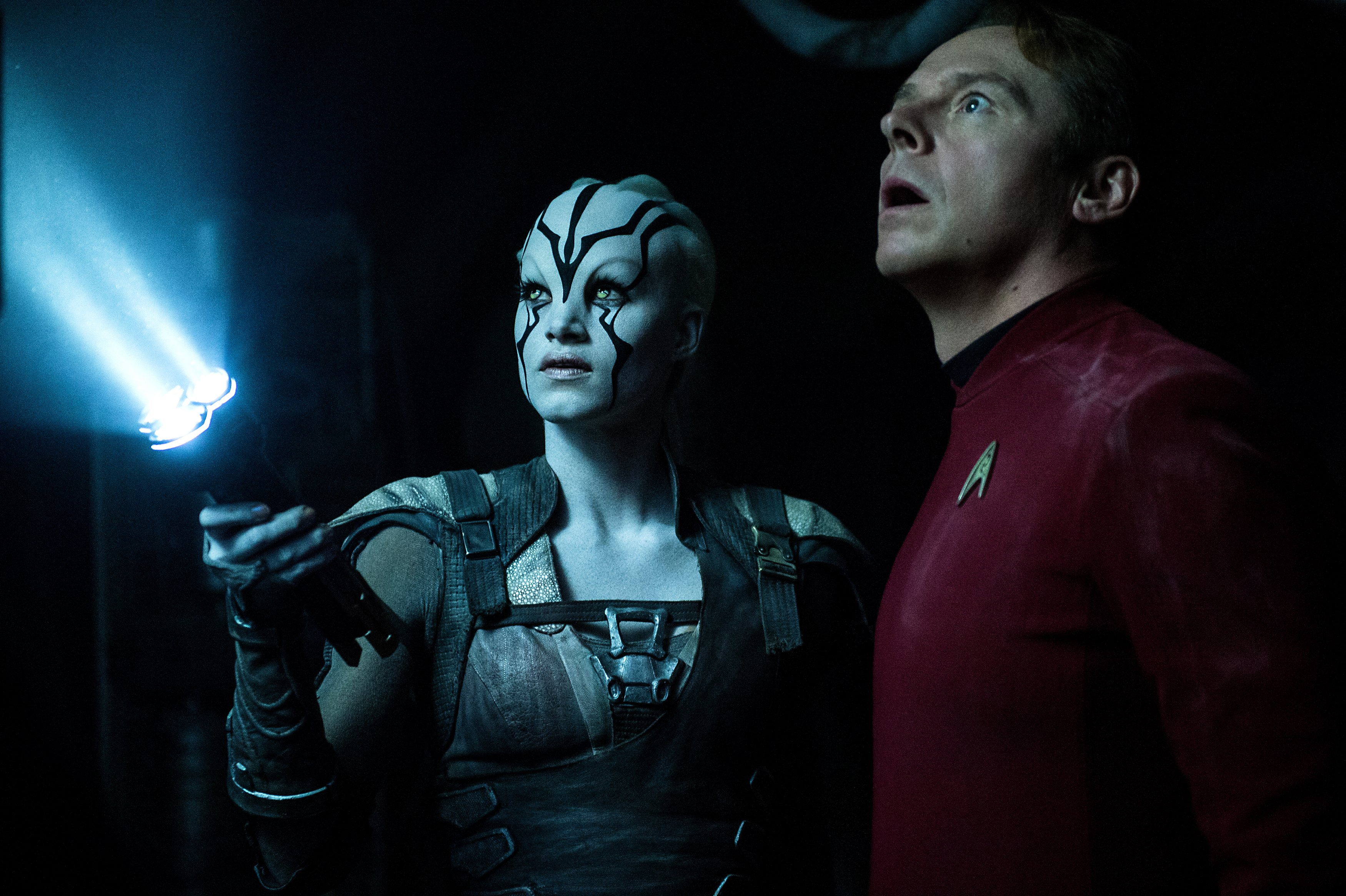Star Trek Beyond: Simon Pegg e Sofia Boutella sono immersi nel buio