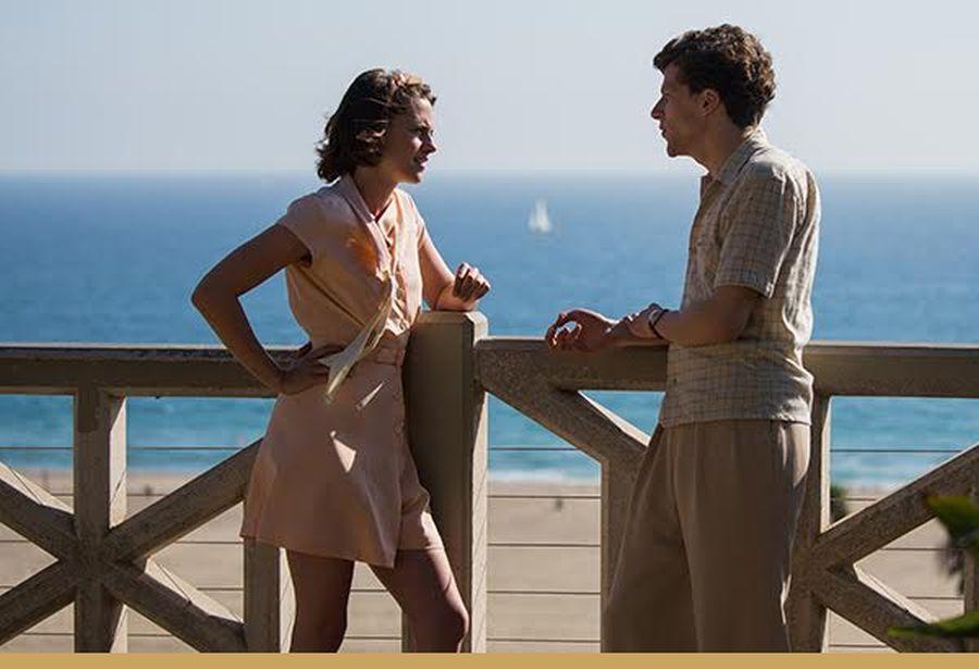 Café Society: Jesse Eisenberg e Kristen Stewart in una scena del film