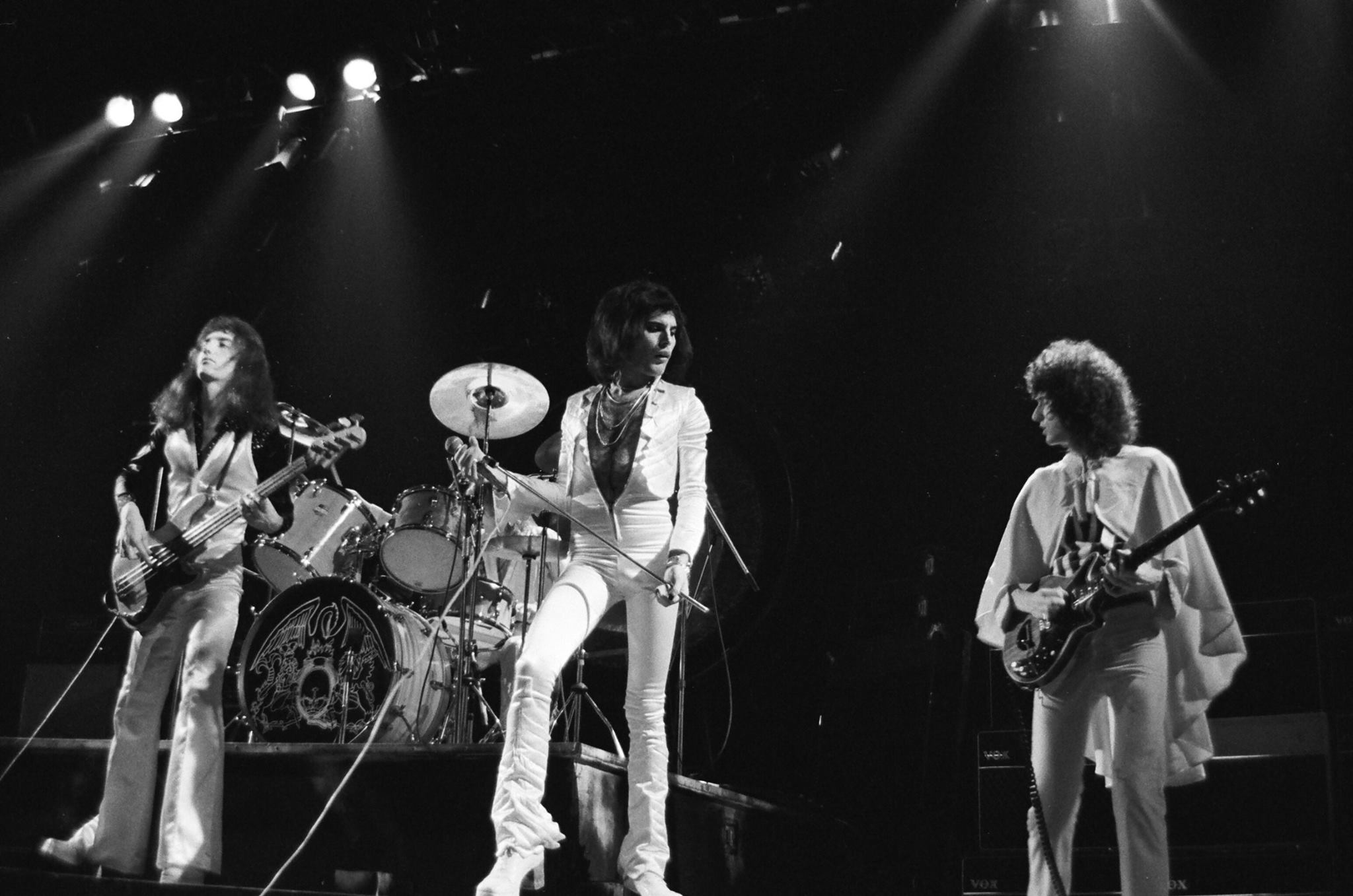 Queen: A Night in Bohemia, un'immagine con i Queen sul palco