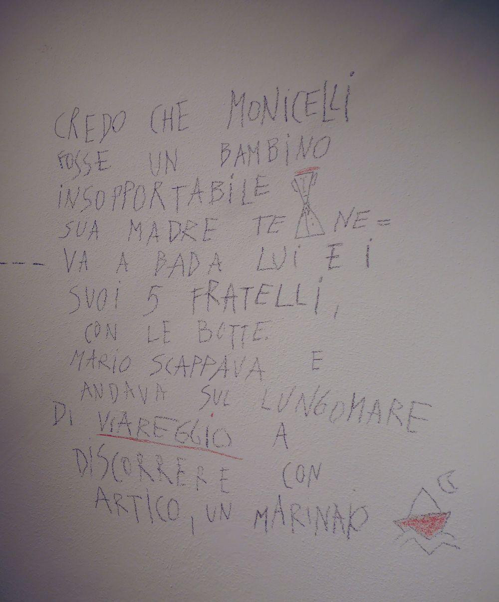 Mario Monicelli: una scritta che accompagna la mostra di Viareggio