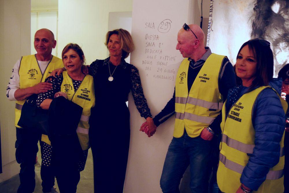 Chiara Rapaccini con i parenti delle vittime della strage ferroviaria di Viareggio all'inaugurazione della mostra su Mario Monicelli
