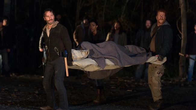 The Walking Dead: i protagonisti accerchiati dai Salvatori in L'ultimo giorno sulla Terra