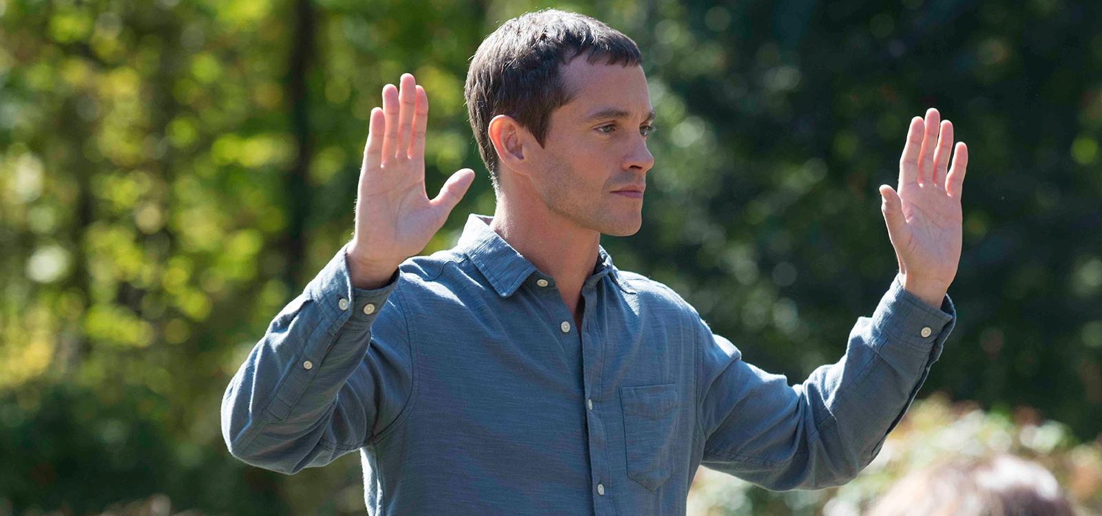 The Path: l'attore Hugh Dancy in una foto della serie Hulu