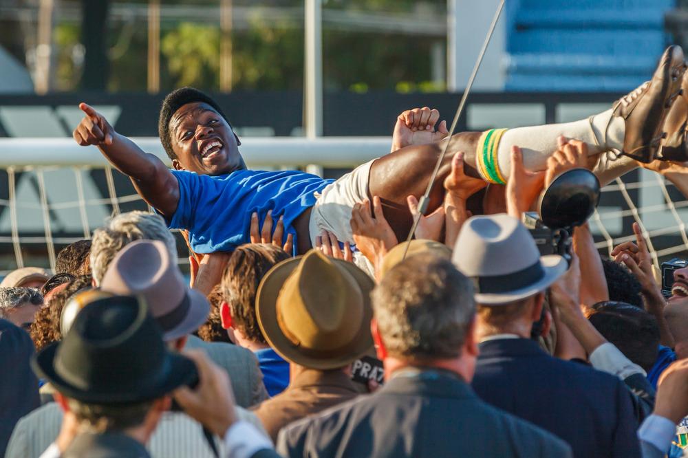 Pelé: Kevin De Paula/Pelé portato in trionfo in una scena del film