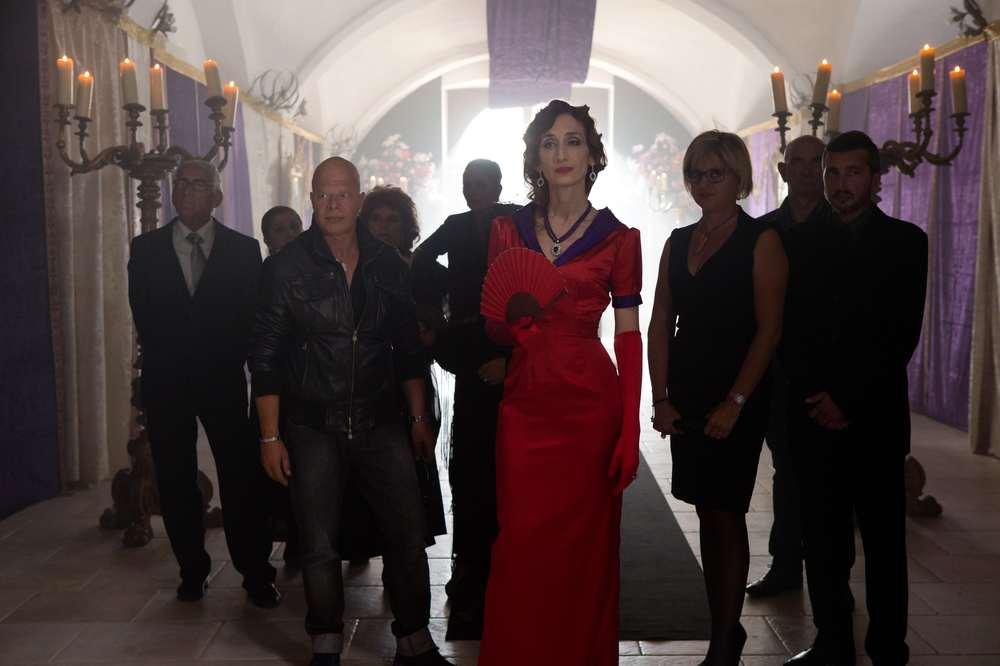 Cristian e Palletta contro tutti: Giselda Volodi in una scena di gruppo del film