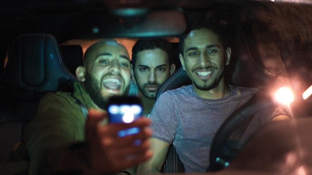 Viaggio da paura: Fadi Rifaai, Fahad Albutairi e Shadi Alfons in macchina in una scena del film