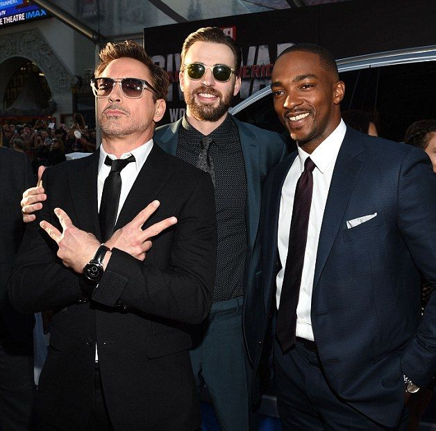 Captain America: Civil War - Robert Downey Jr., Chris Evans e Anthony Mackie in una foto scherzosa
