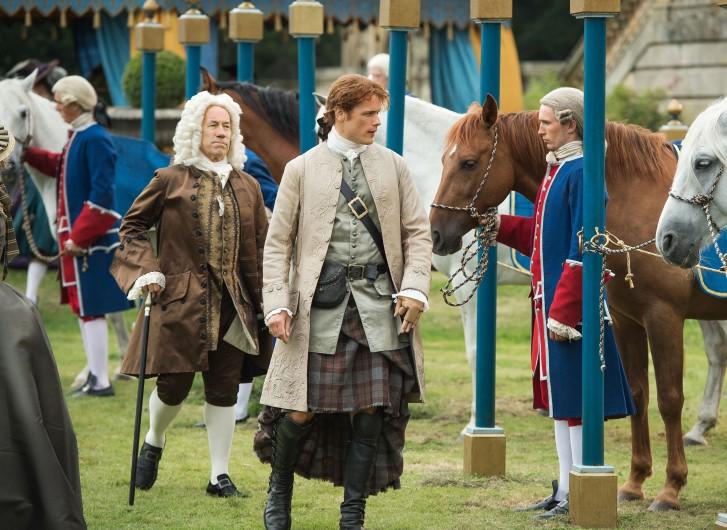 Outlander: Sam Heughan è Jamie in una foto della seconda stagione
