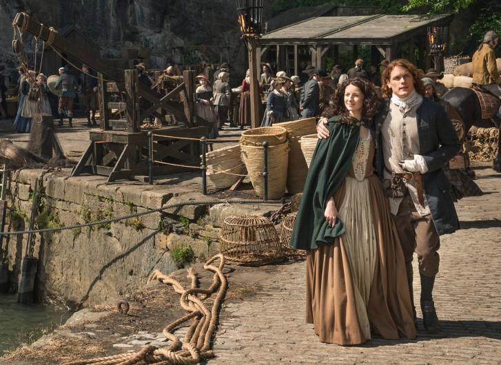 Outlander: Caitriona Balfe e Sam Heughan in una foto della seconda stagione