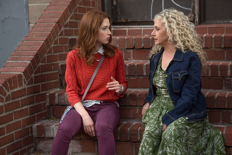 Unbreakable Kimmy Schmidt: le attrici Carol Kane ed Ellie Kemper in un'immagine della seconda stagione