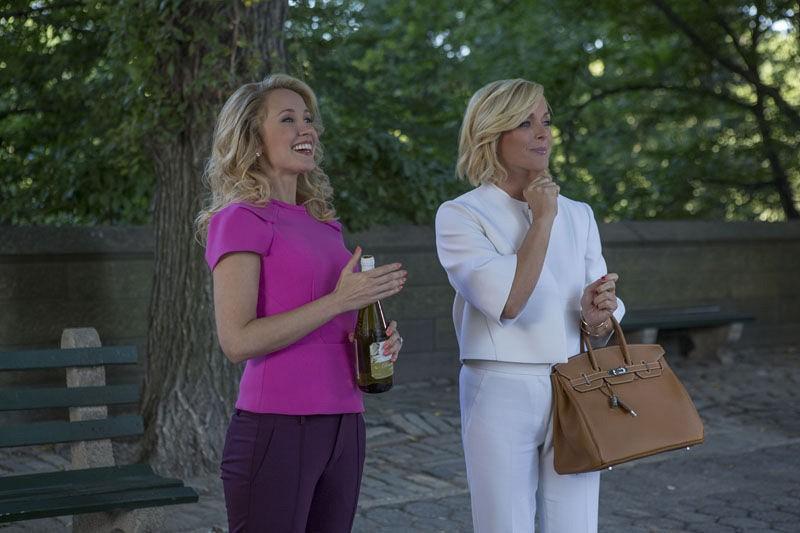 Unbreakable Kimmy Schmidt: le attrici Anna Camp e Jane Krakowski in una foto della seconda stagione