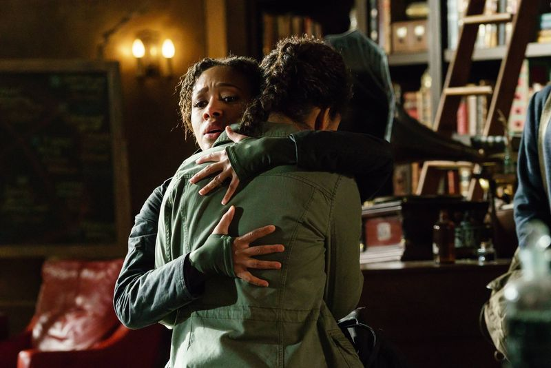 Sleepy Hollow: le attrici Nicole Beharie e Lyndie Greenwood nell'episodio Ragnarok