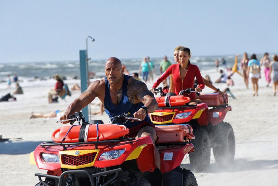 Baywatch: Dwayne Johnson, Kelly Rohrbach e Ilfenesh Hadera in azione