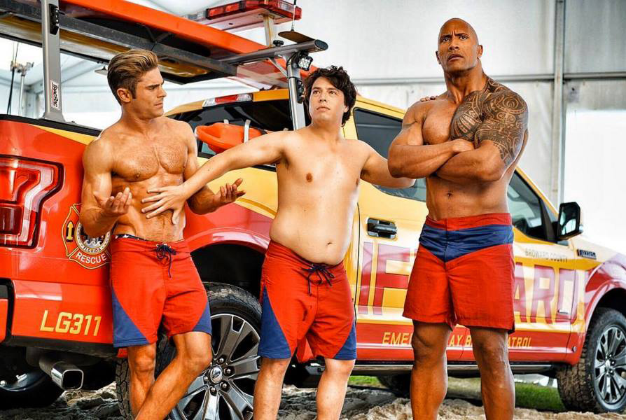 Baywatch: Zac Efron e Dwayne Johnson in una posa scherzosa