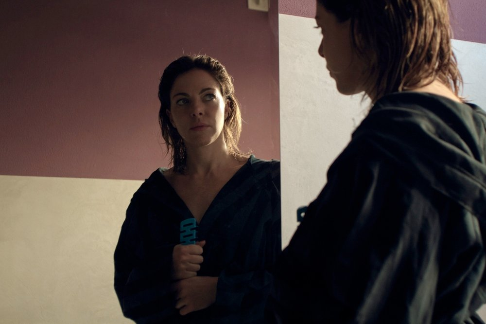 Il traduttore: Claudia Gerini si specchia in una scena del film